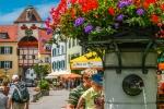 Die Altstadt Meersburg am Bodensee zu Füßen der Alten Burg ist von Touristen gut besucht