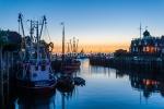 Der Fischereihafen Neuharlingersiel am frühen Morgen